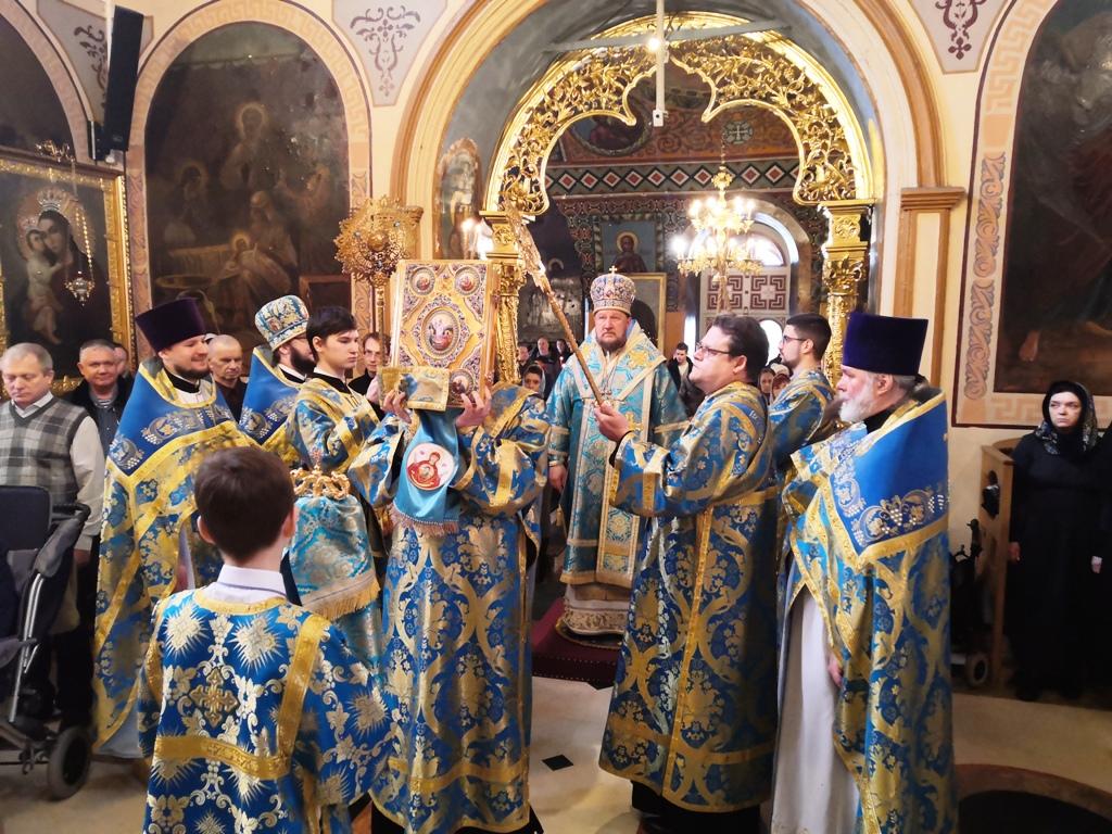 Литургија на празник Сретења Господњег у Подворју СПЦ у Москви